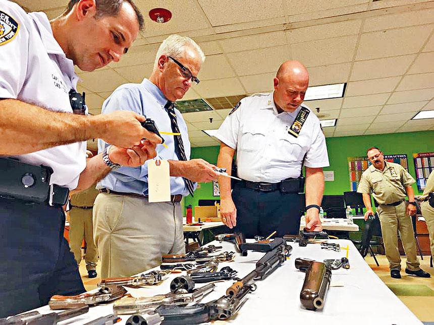 警方日前舉辦現金換槍活動,成功回收數十把槍。資料圖片
