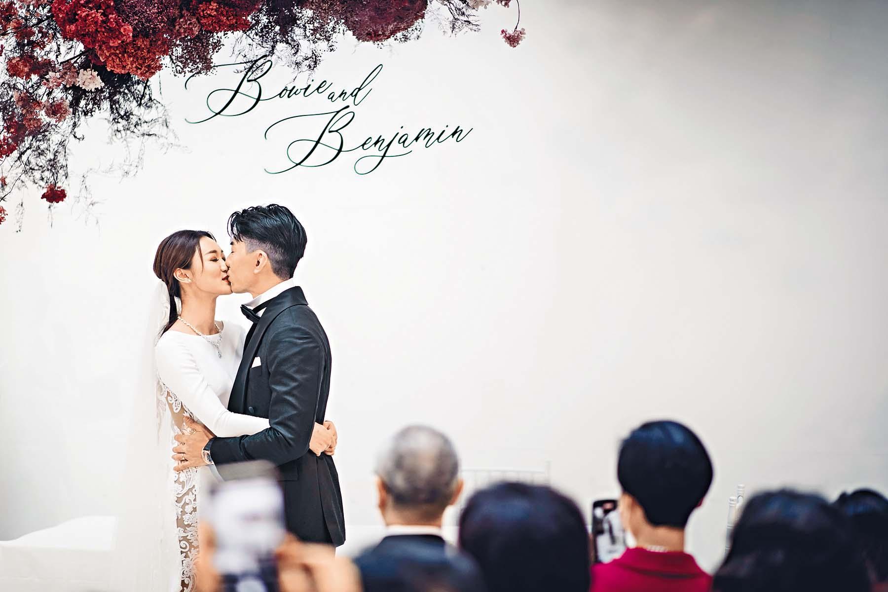 ■Ben與寶兒日前完成人生大事,婚禮期間深情一吻。