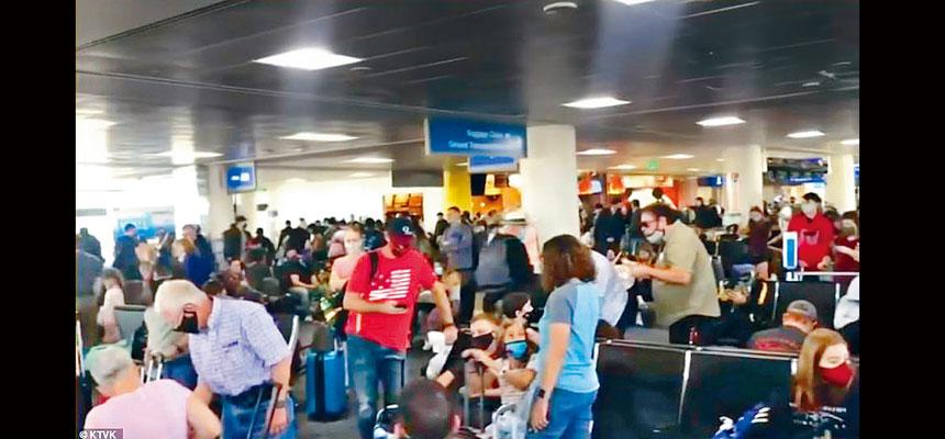 不少人在節前的周末紛紛踏上旅程,鳳凰城的機場擠滿旅客,讓人擔心將讓疫情進一步惡化。KTVC圖片