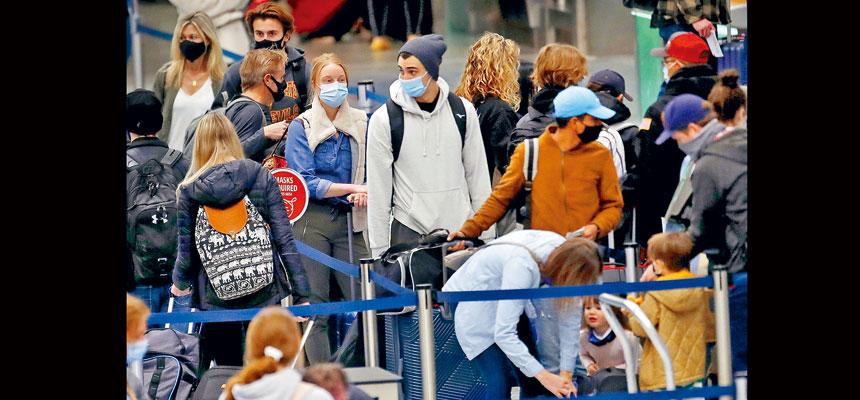 CDC呼籲民眾,在感恩節假期避免外遊。不過,報道指預料仍將有數以百萬的人會在感恩節外遊。圖為25日明尼阿波利斯的機場候機樓,大群旅客在等候。    美聯社