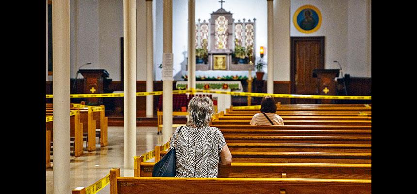 最高法院在全國疫情持續嚴峻下,以5票對4票裁定,禁止紐約州長限制教堂及猶太會堂的聚集人數。紐約州州長柯謨在10月初決定,將疫情嚴重地區的宗教場所聚集人數,分別限制在10人及25人。    法新社