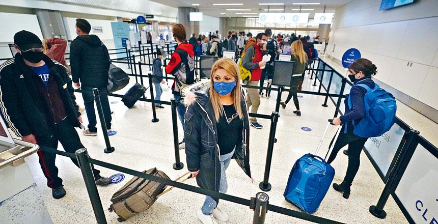 專家憂慮感恩節假期外遊者眾,令美國疫情再度惡化。圖為旅客按社交距離規定排隊穿過鹽湖城國際機場的安全檢查站。  美聯社