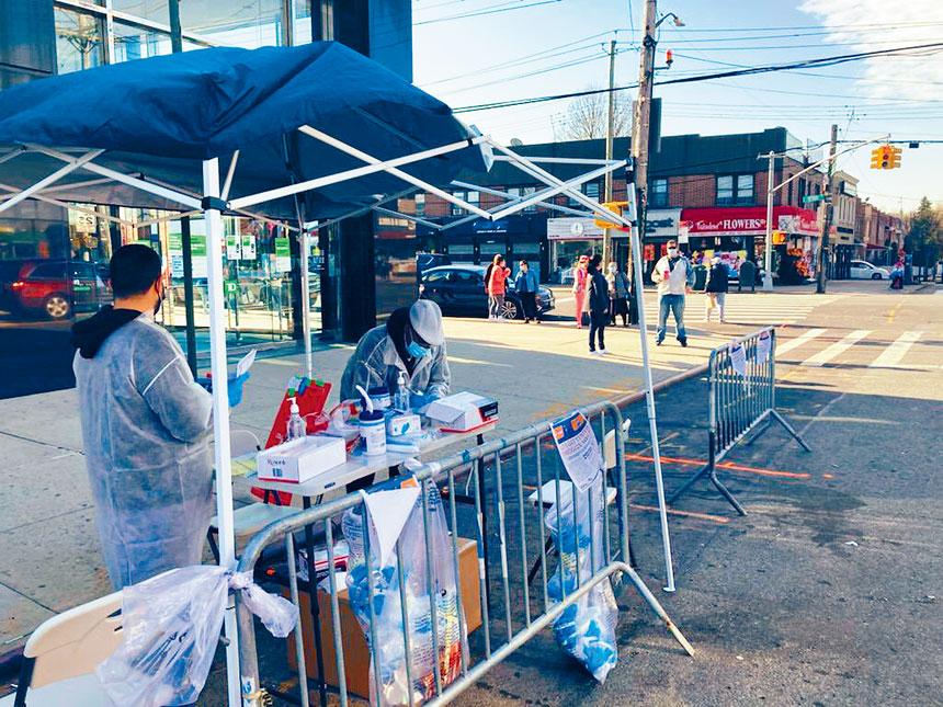 新冠檢測及追蹤隊外展小組及紐約市長社區事務組昨日在新冠陽性檢測率超過4%的布朗士Throggs Neck設置街頭免費檢測站。 取自推特