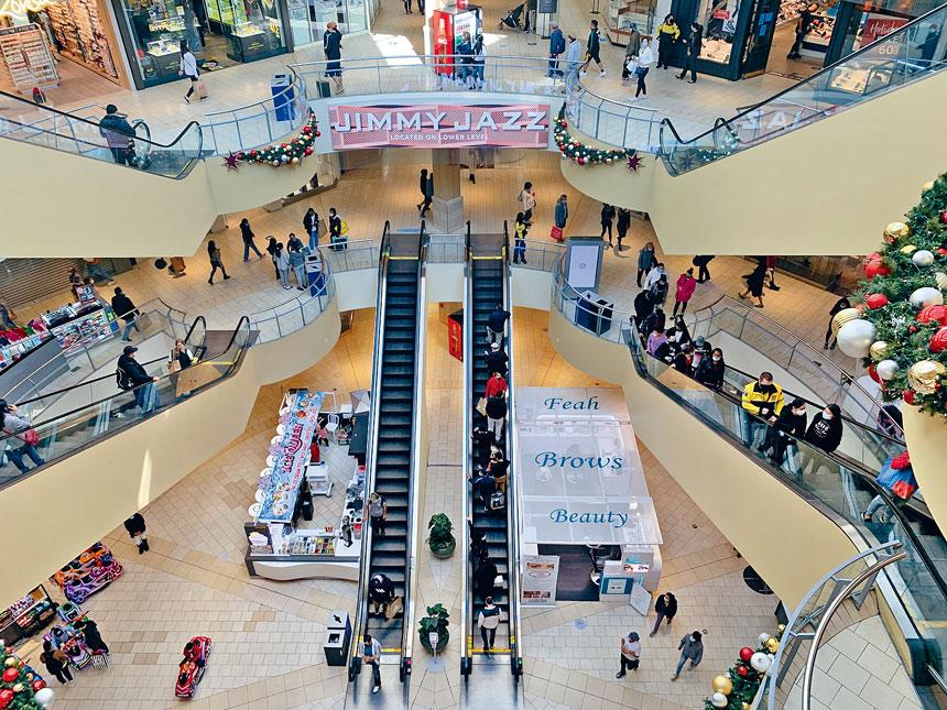 零售商店黃金地帶的皇后中心逾200間不同類型的零售商店,均未見到消費者排長龍等侯進店內選購現象。