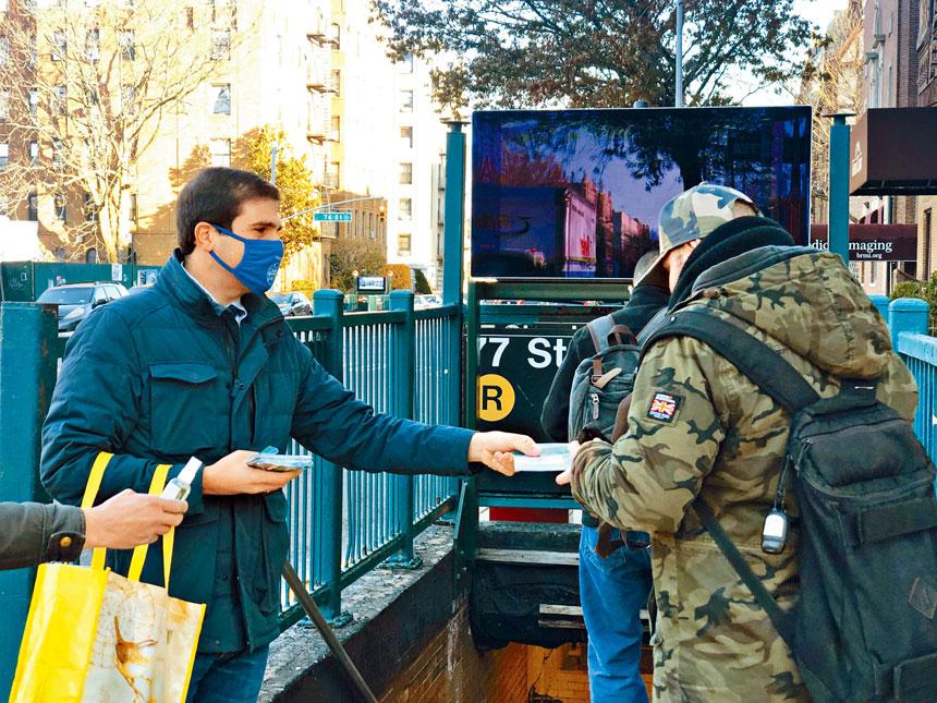 郭納德昨晨在選區內的地鐵站答謝選民。
