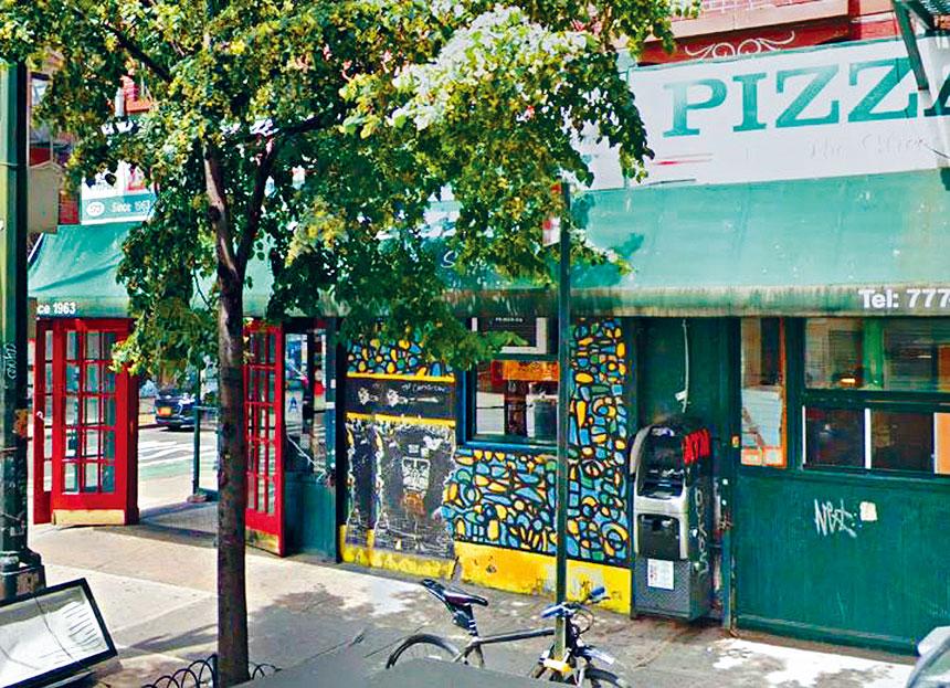 圖為Zazzy's Pizza披薩店門前取款機被盜前街景。谷歌地圖