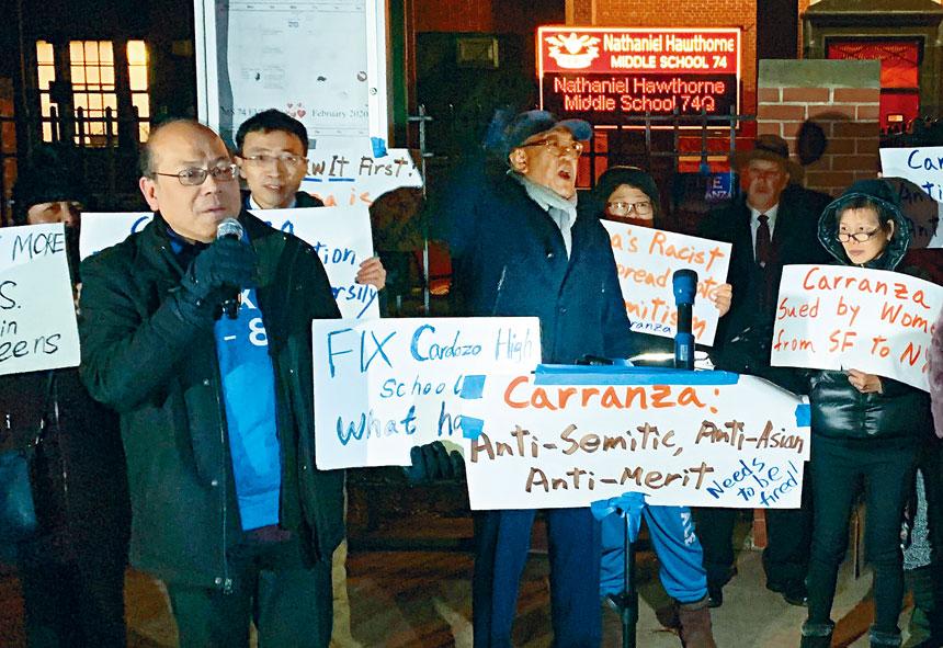 皇后區三個學區委員會對卡蘭扎投下不信任票,華人與不同族裔家長在特殊高中考試和其他教育方向均指卡蘭扎不稱職。
