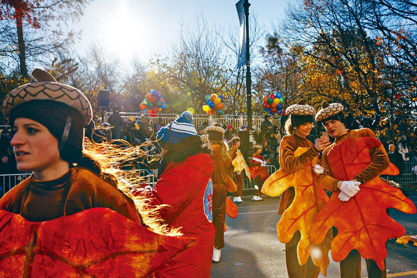 在新冠大流行之下,紐約人紛紛以創新方式過感恩節;圖為往年梅西感恩節遊行。Gabriella Angotti-Jones/紐約時報