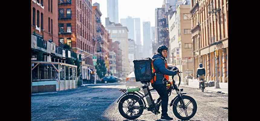 外賣送餐程式的外送員由於競爭大,收入很不穩定。Jose A. Alvarado Jr./紐約時報