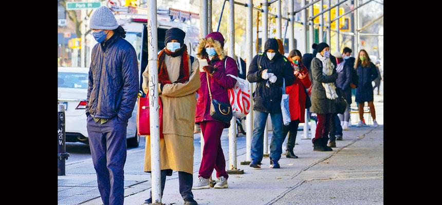 新冠疫情捲土重來,紐約多處可見排隊等候檢測的人龍。美聯社