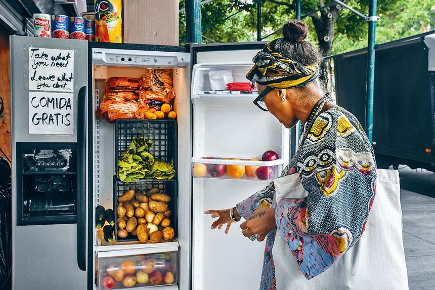 在疫情打擊下,紐約市民缺糧情況嚴重。圖為提供免費食物的社區冰箱。 Stephanie Keith/紐約時報