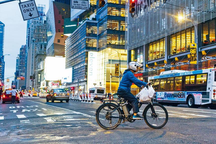 電動單車本周開始在紐約市終於合法使用。Mark Abramson/紐約時報