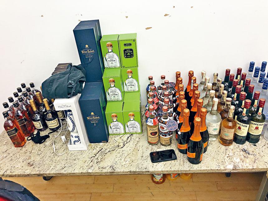 當局在曼哈頓中城一個派對現場繳獲大量酒精飲品。紐約市警長辦公室圖片