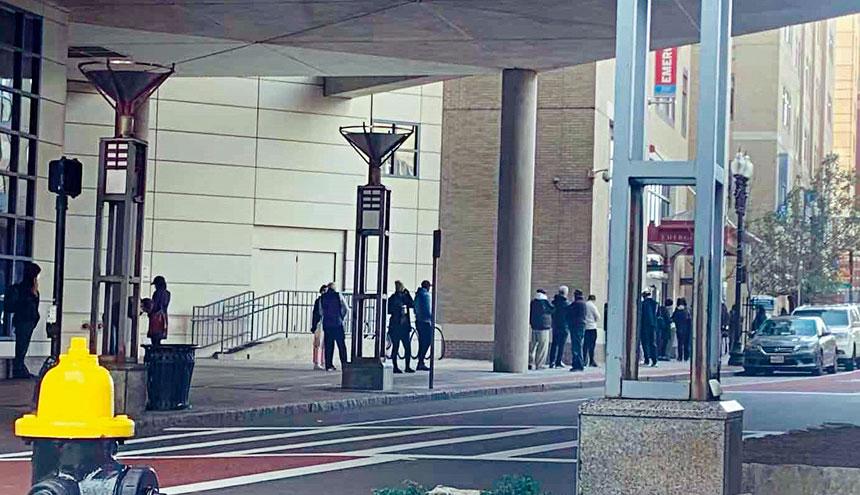 位於波士頓唐人街社區的塔夫茨醫療中心COVID-19檢測人群排起了長龍。溫友平攝影
