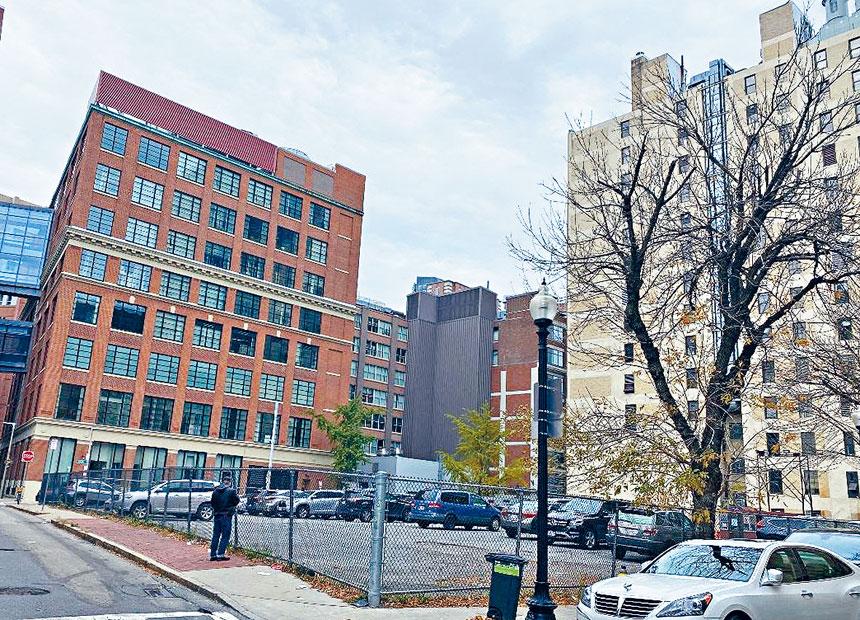 規劃建設中波士頓唐人街R-1地段現為停車場。溫友平攝