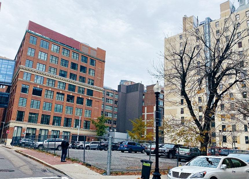 波士頓華埠社區R-1地段(現為停車場)的未來規劃和建設引起當地社區強烈關注。溫友平攝