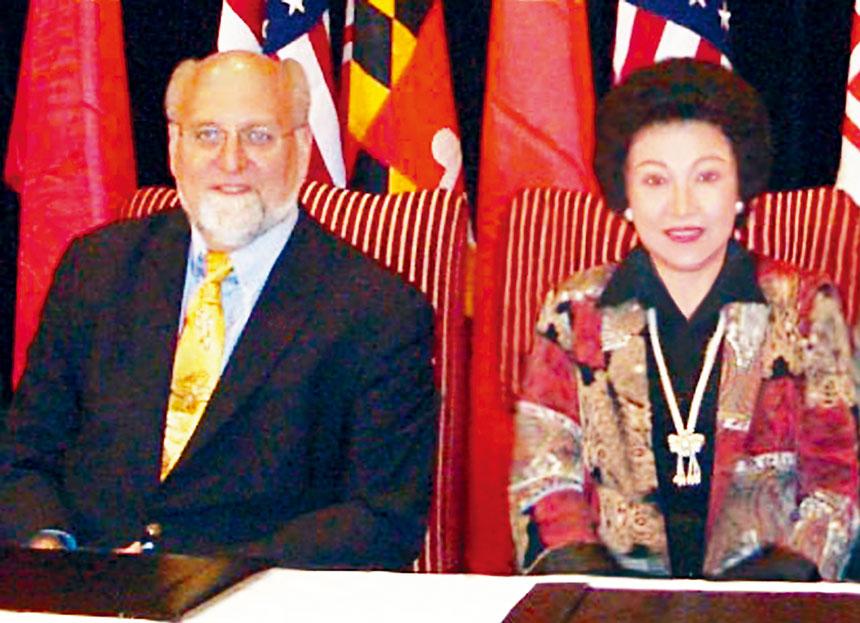 美國疾病控制中心主任Dr. Robert Redfield(左)、美國聯邦衛生部顧委會委員蘇麗凰醫師、博士(右)。