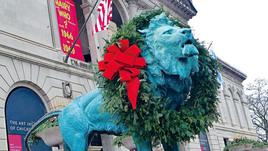芝加哥藝術博物館的鎮館寶物青銅獅子「掛綠」,是芝市官民慶祝聖誕佳節的傳統活動之一。梁敏育攝