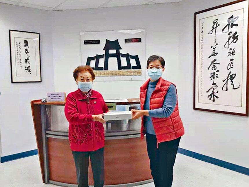 CCACC常青社資深會員許靜女士(左)從中心副會長張麗芳女士(右)手中接過獎品。