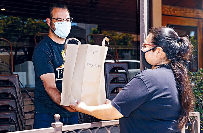 由於新冠疫情的影響,很多餐廳仍然只提供外賣服務。溫友平攝