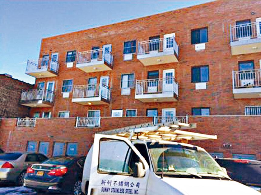 由新利不銹鋼公司製作安裝的一個住宅外面的豪華不銹鋼大門,獲得附近鄰居的普遍好評。