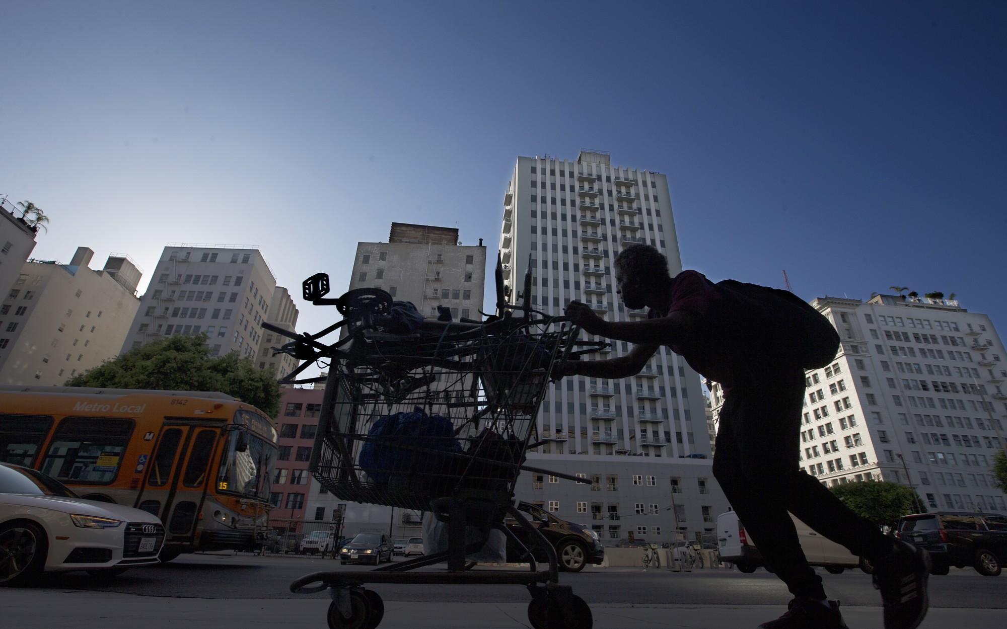 包括洛杉磯在內的多個加州縣區開始實施更嚴格的防疫規定。洛杉磯時報