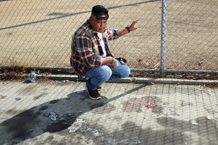 受害者家屬Rouse Santos每天都去案發現場弔念遭誤認為幫派分子而被槍殺的兒子Jarrod Santos和姪子Jesse Meza 。洛杉磯時報