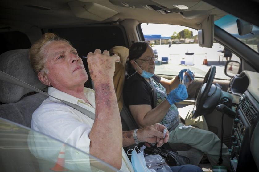 民眾在車內進行新冠病毒檢測。洛杉磯時報