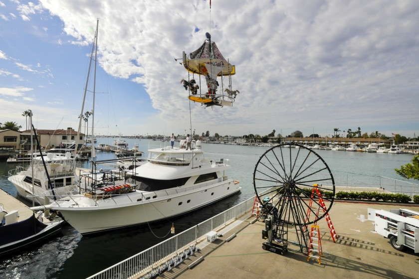 船主於2019年為聖誕遊行裝飾船隻。洛杉磯時報