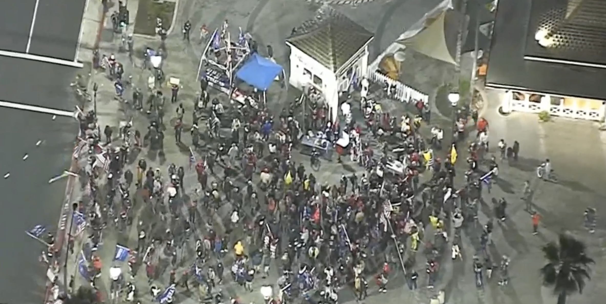 數百人聚集到新港灘碼頭抗議宵禁政策。NBC LA新聞畫面