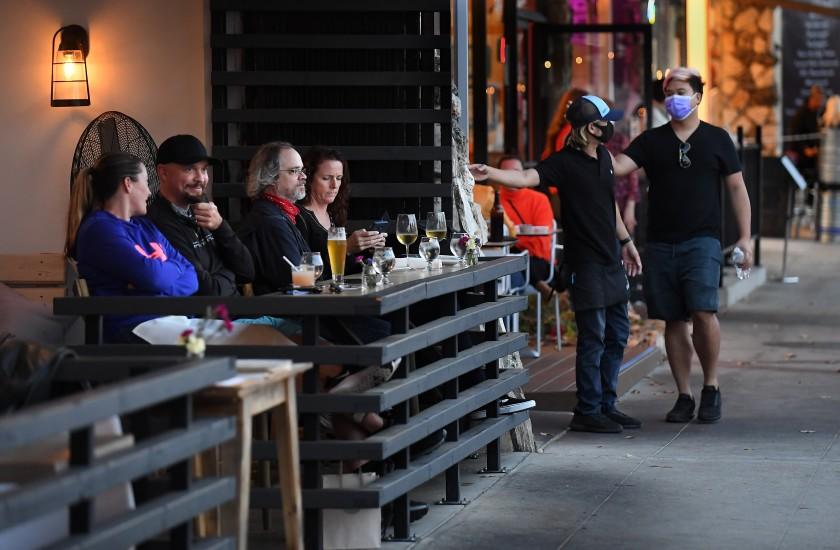 新冠大流行期間,饕客在餐館室外用餐,享受美食。洛杉磯時報