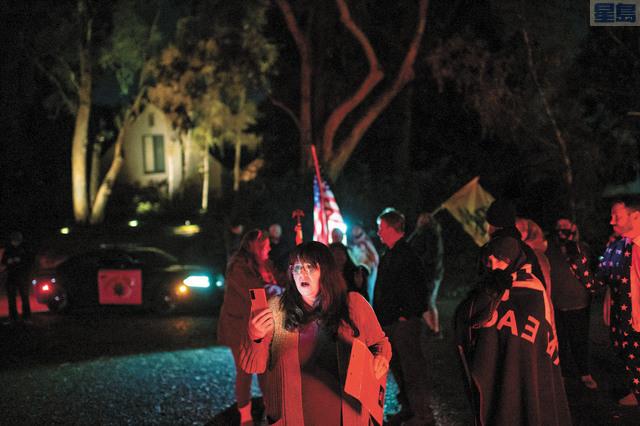 反對宵禁令的民眾周六晚上在州長紐森寓所外聚會抗議,包括一名在本月選舉中落敗的共和黨聯邦眾議員候選人Chris Bish在現場舉行視頻直播。Xavier Mascarenas/沙加緬度蜂報/美聯社