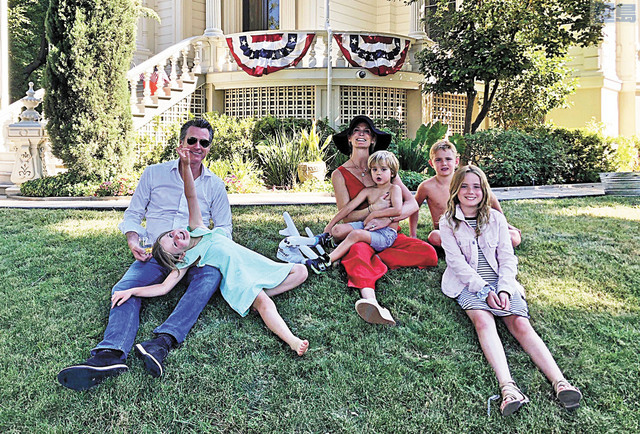圖為紐森一家六口今年獨立日拍攝的全家福。取自州長夫人推特