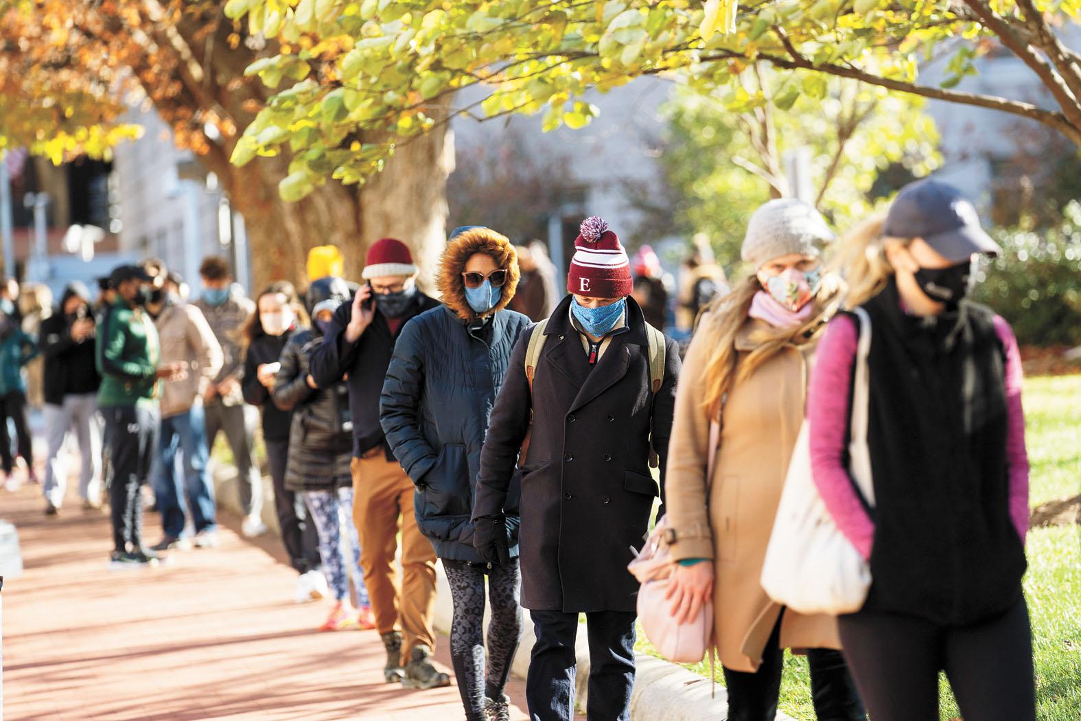 感恩節假期臨近,美國新冠疫情防疫壓力驟增。圖為民眾23日在華盛頓一處新冠病毒檢測點排隊等候檢測。 新華社
