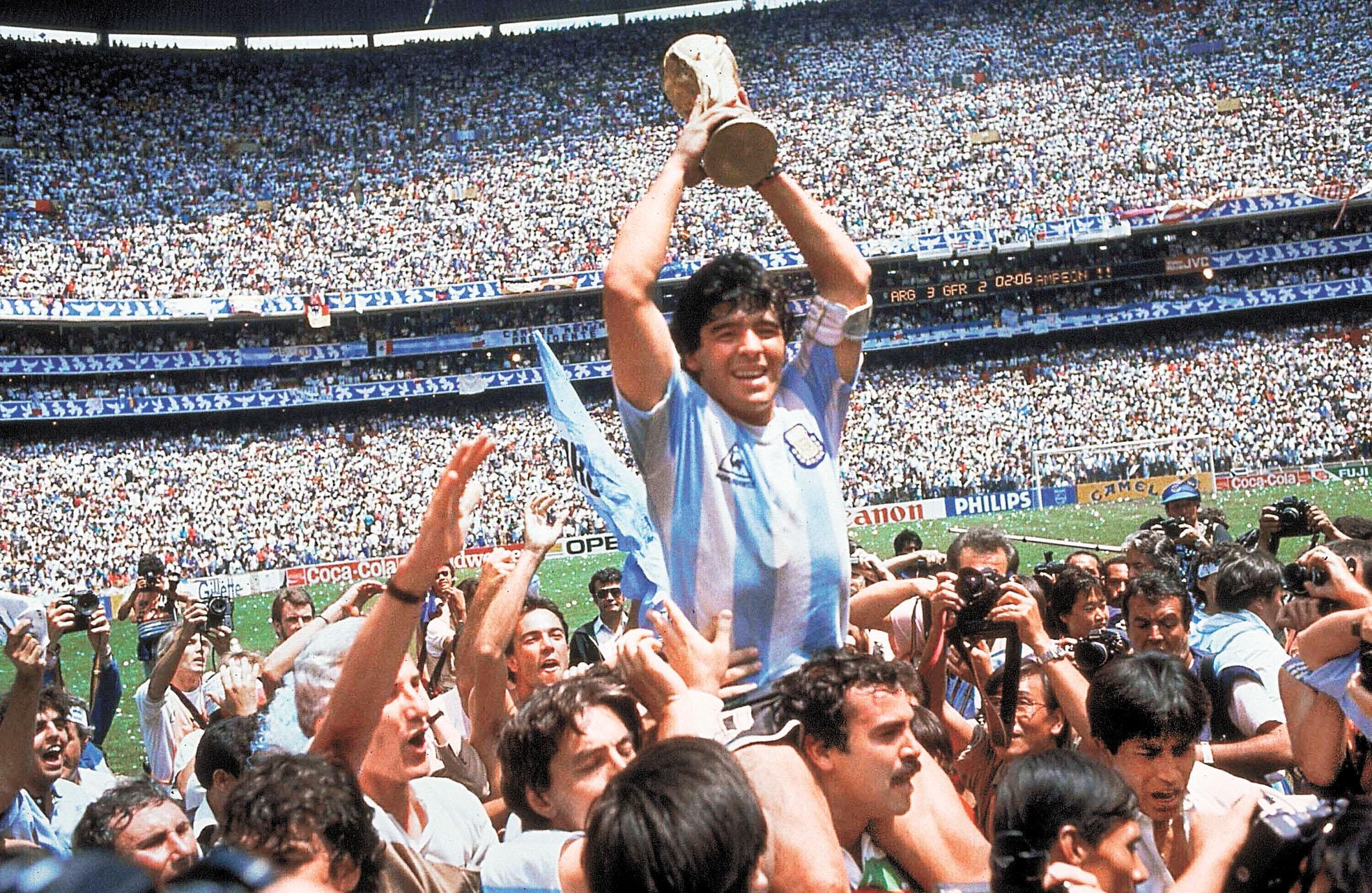馬勒當拿於1986年帶領阿根廷隊奪得世界盃。小圖為當年極大爭議的「上帝之手」。美聯社資料圖片