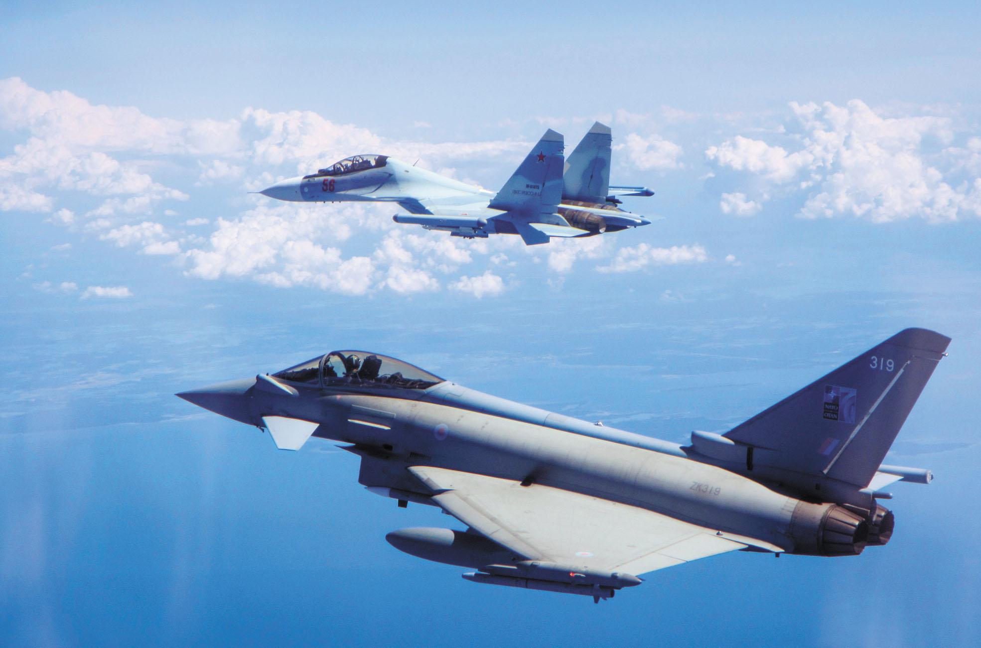 參與《開放天空條約》的國家須允許成員國在其他國領土上進行規定數量的非武裝空中偵察,但這並非無條件地允許飛行。圖為在波羅的海上空巡邏的一架英國皇家空軍颱風式戰機(下)攔截一架俄羅斯蘇-30戰機。美聯社資料圖片