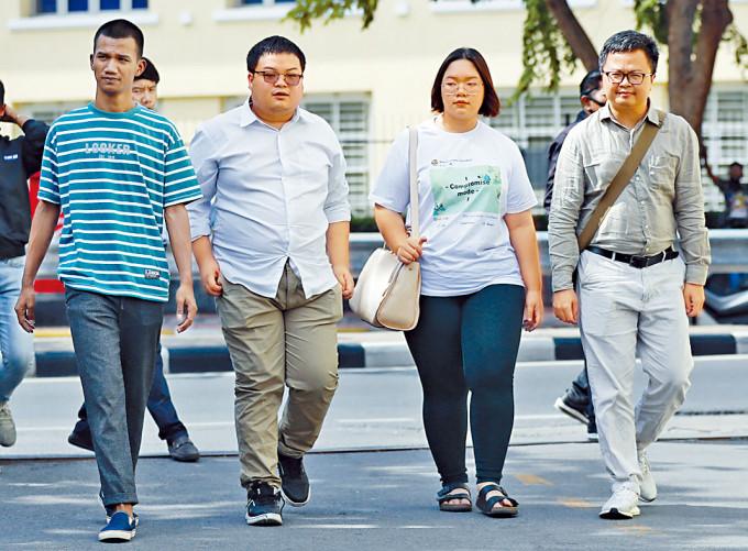 泰國學運領袖帕努沙雅(右二)和人權律師安農(右)等人周一被控冒犯君主罪。