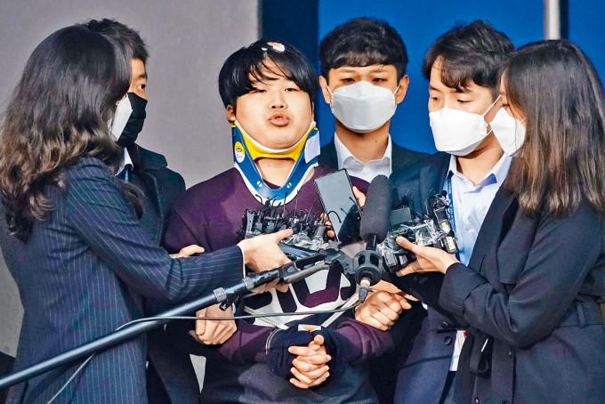 「N號房」主嫌趙主彬(中)三月在警署被帶往檢察院。