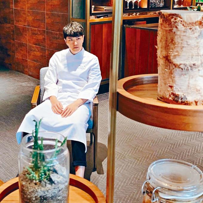 蕭正楠在《Testing Menu》的造型,被指是港版木村。