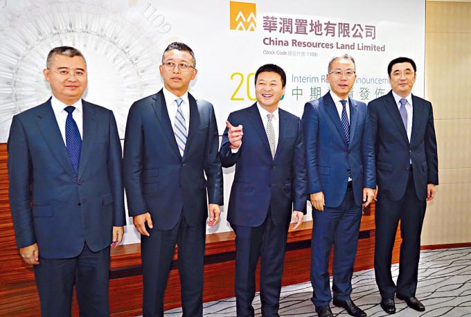 華潤置地分拆的華潤萬象生活本周將招股。左二為華潤置地總裁李欣。