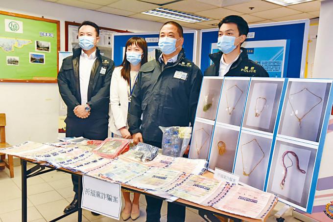 莊成逸警司(右二)講述拘捕祈福黨及展示證物。