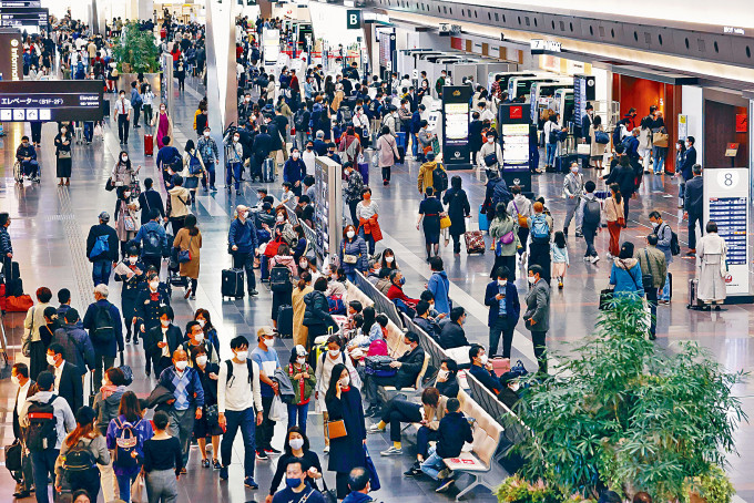 日本昨天開始放三天連假,東京羽田機場離境大堂擠滿旅客。