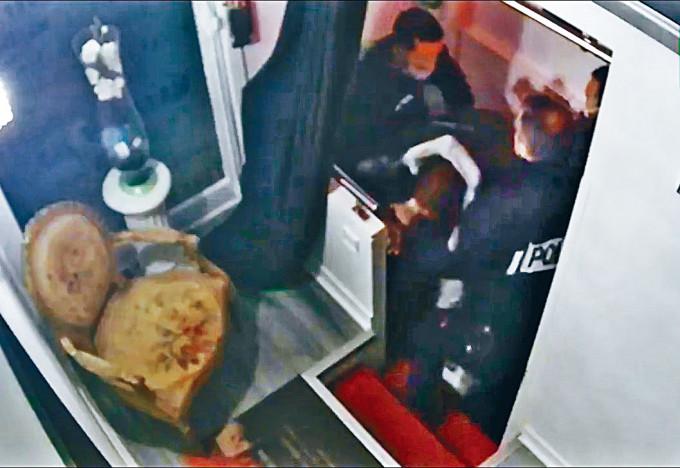 三名警員對黑人澤萊拳打腳踢。