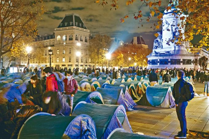 巴黎共和廣場周一晚未清場前滿是難民帳篷。