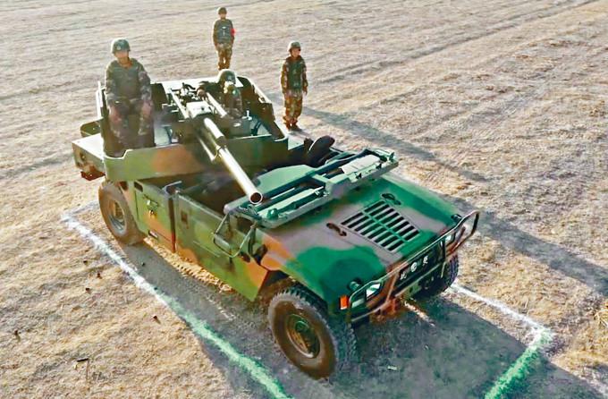 新疆武警士兵發射「PCP-001」車載迫擊炮。