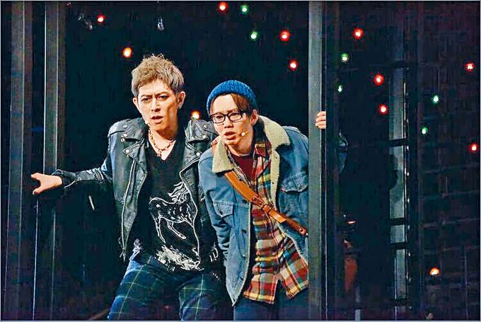 堂珍嘉邦演出的舞台劇包括男星花村想太(右)等共15人染疫。
