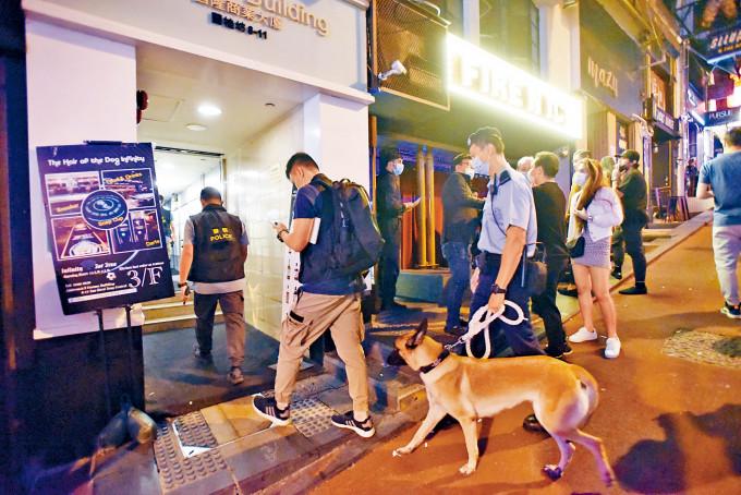 約三十名警員帶同警犬,昨晚巡查蘭桂坊一帶酒吧及樓上吧。