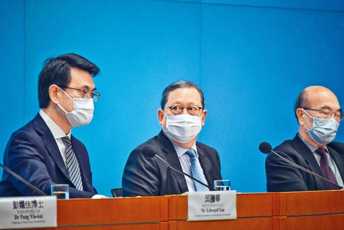 商務及經濟發展局局長邱騰華(左)表示,現時制訂經貿策略時,需要「兩條腿走路」。
