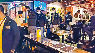 警方在尖沙嘴進行大反黑,搜查酒吧等娛樂場所。