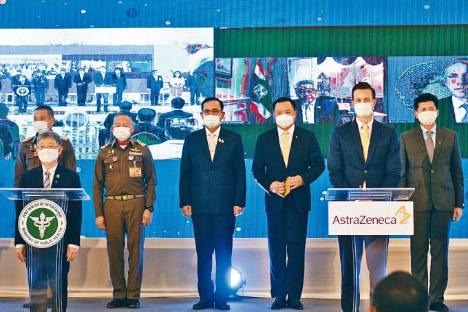 泰國首相巴育(左三)與阿斯利康代表(右二)出席疫苗採購合約簽署儀式。
